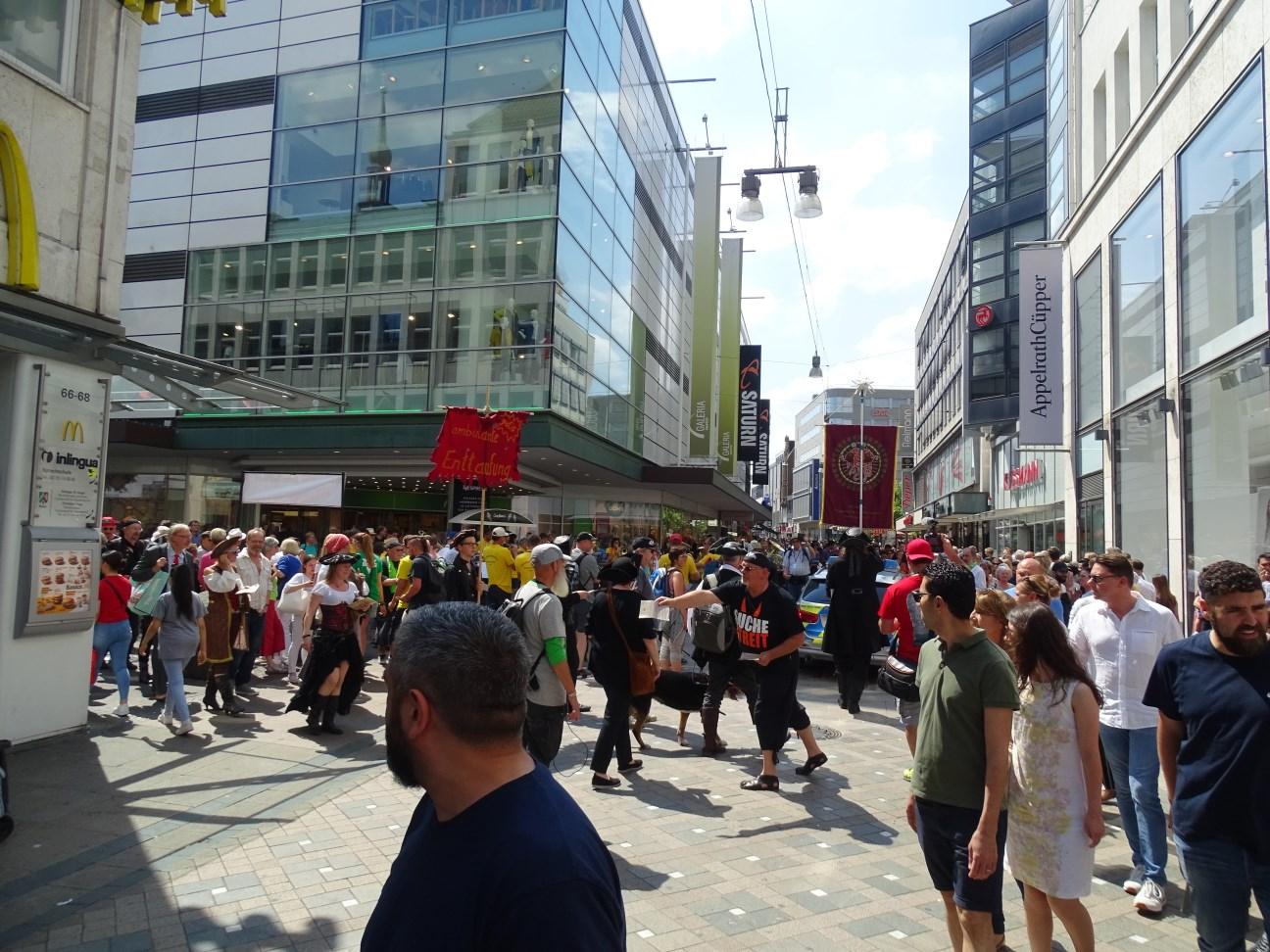 Prozession Einkaufsstrasse Chor Polizei (© Daniela Wakonigg)