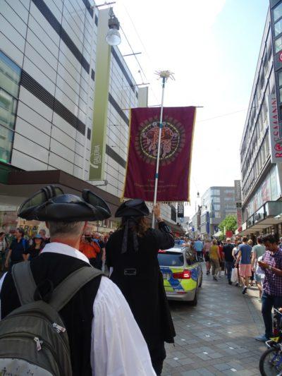 Prozession Einkaufsstrasse Polizei (© Daniela Wakonigg)